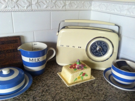 Home Kitchen Retro Vintage Radio Cornishware Mrs Beetons